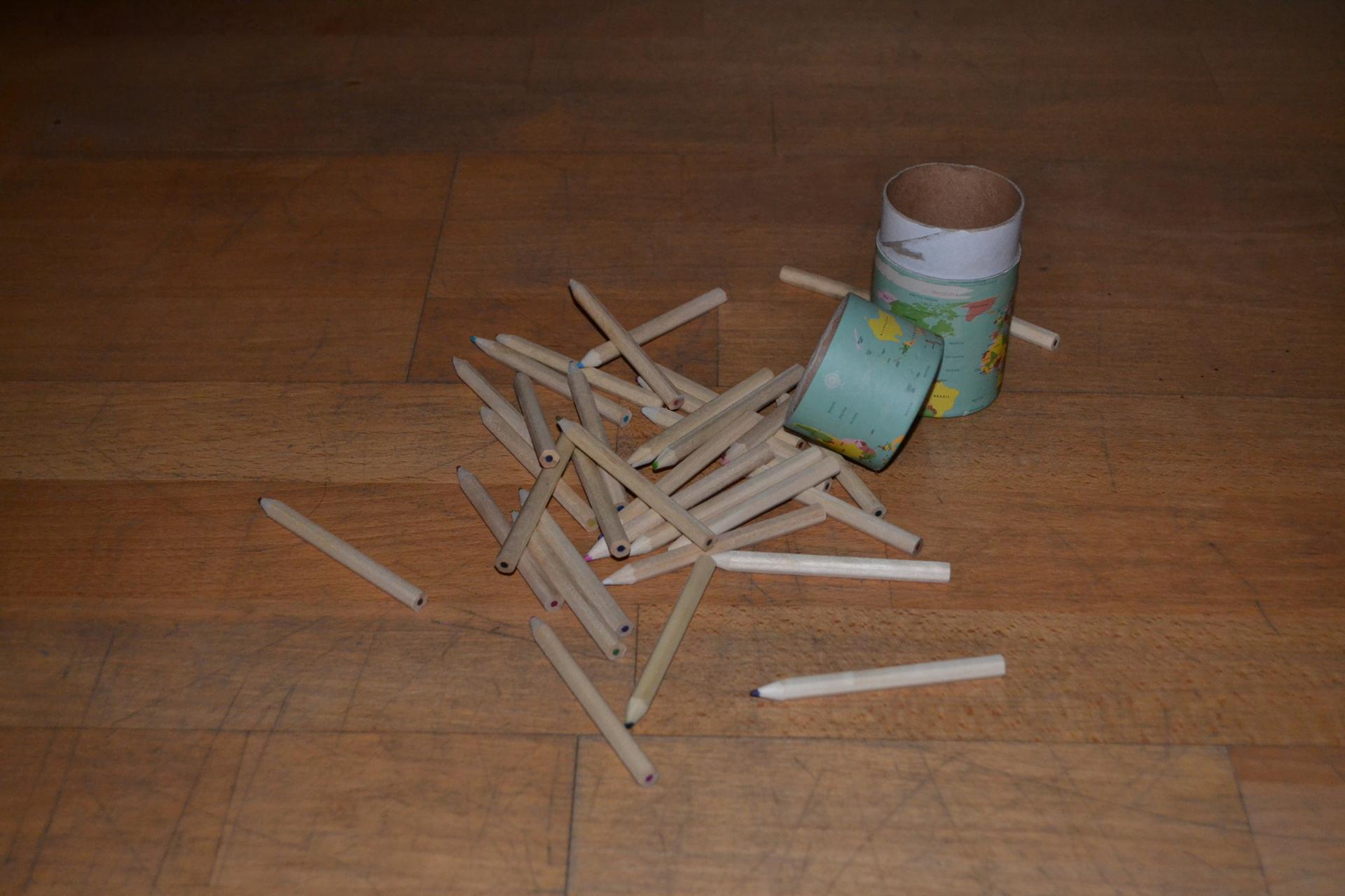 Stifte liegen auf dem Boden